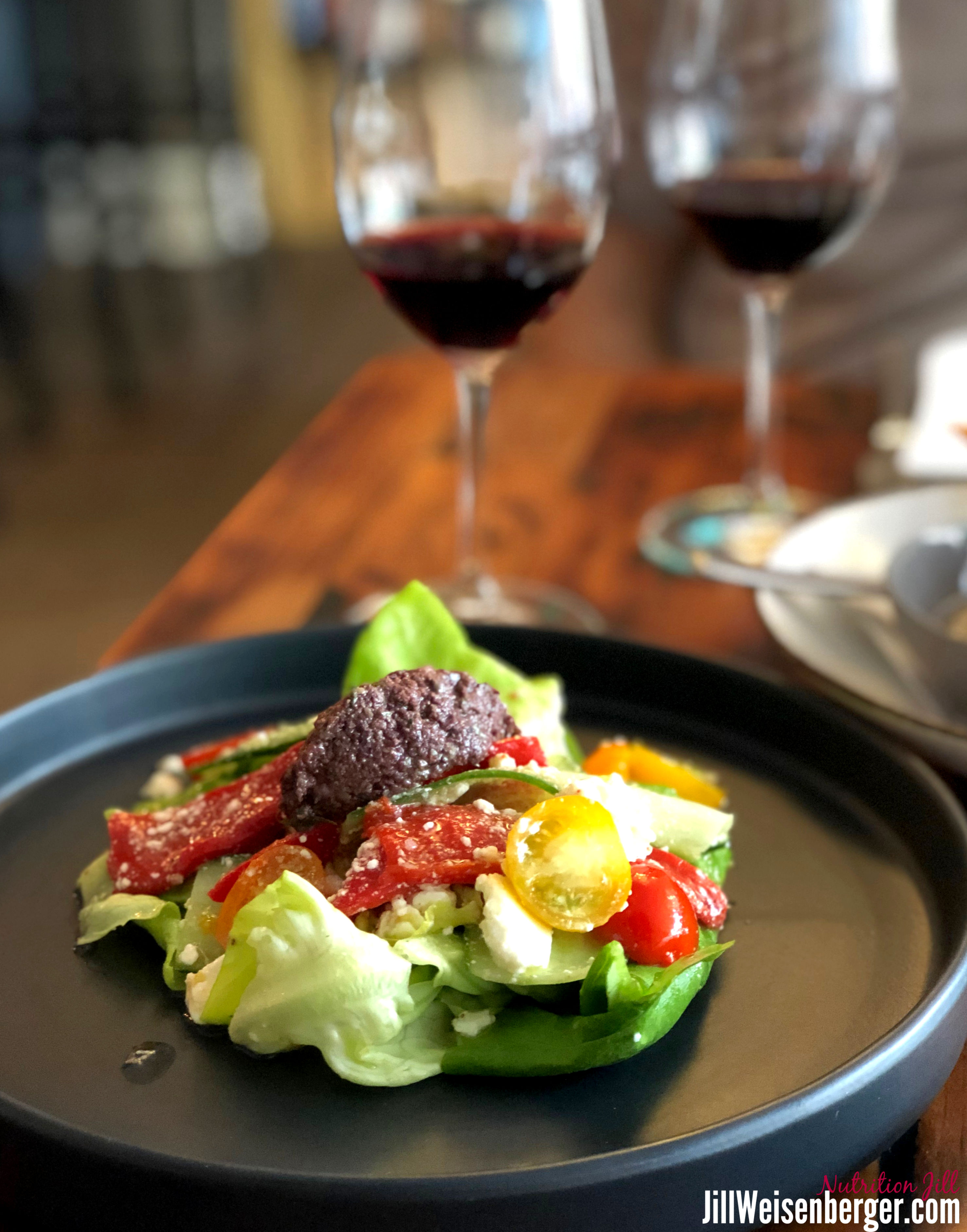 healthy eating out: salad with red wine